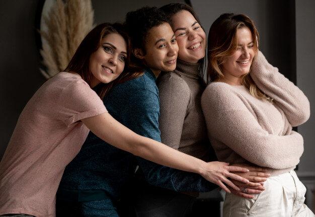 grupo-jovenes-amigas-salir-casa-amistad-belleza-cuerpo-positivo-concepto-personas-foto-alta-calidad_209729-718